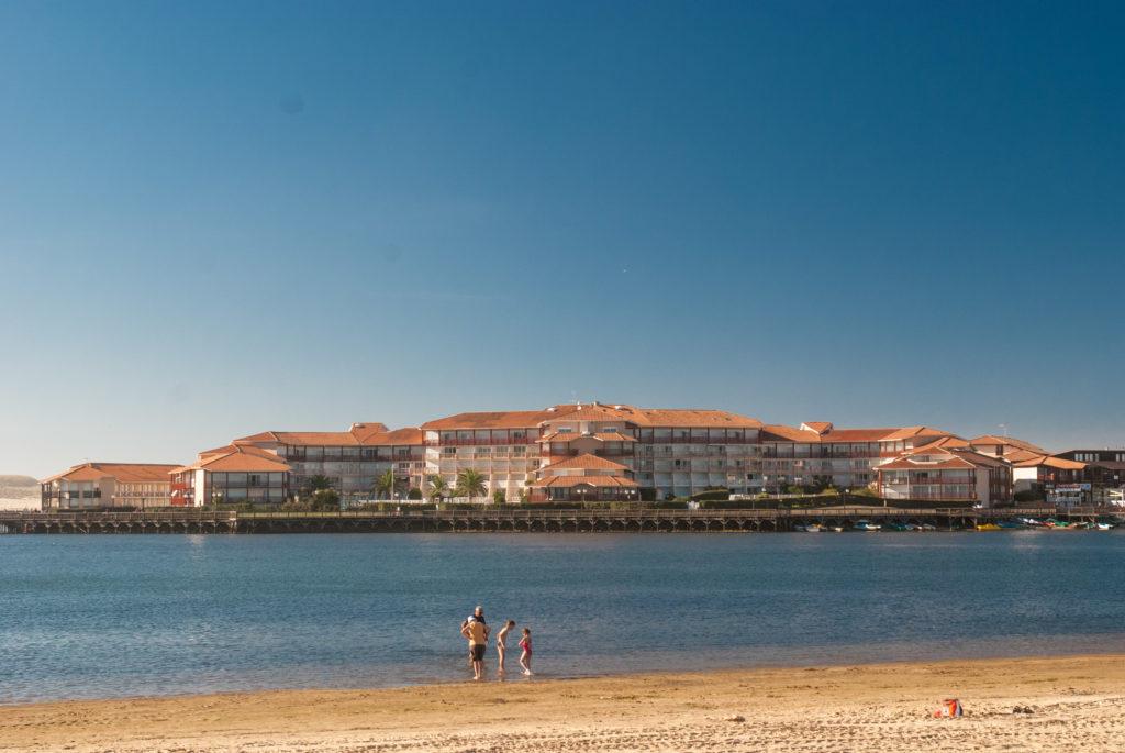 01-Boucanier-exterieurs-vue-residence-depuis-les-plages-du-Lac–7-