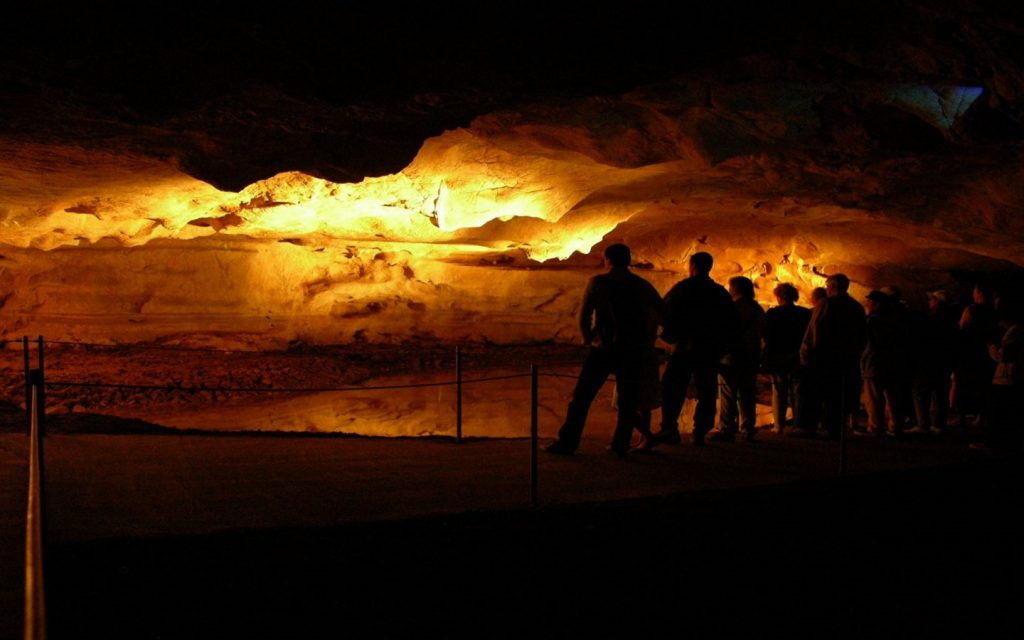 Grottes-de-Sare-gens-lac 1440×900