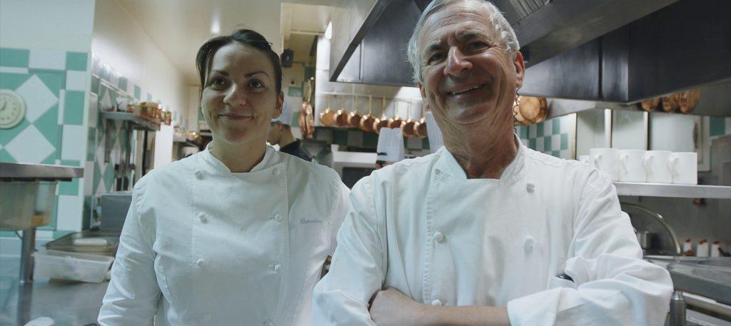 Jean-Coussau-et-sa-niece—cuisine-Relais-de-la-poste—-landesatlantiquesud