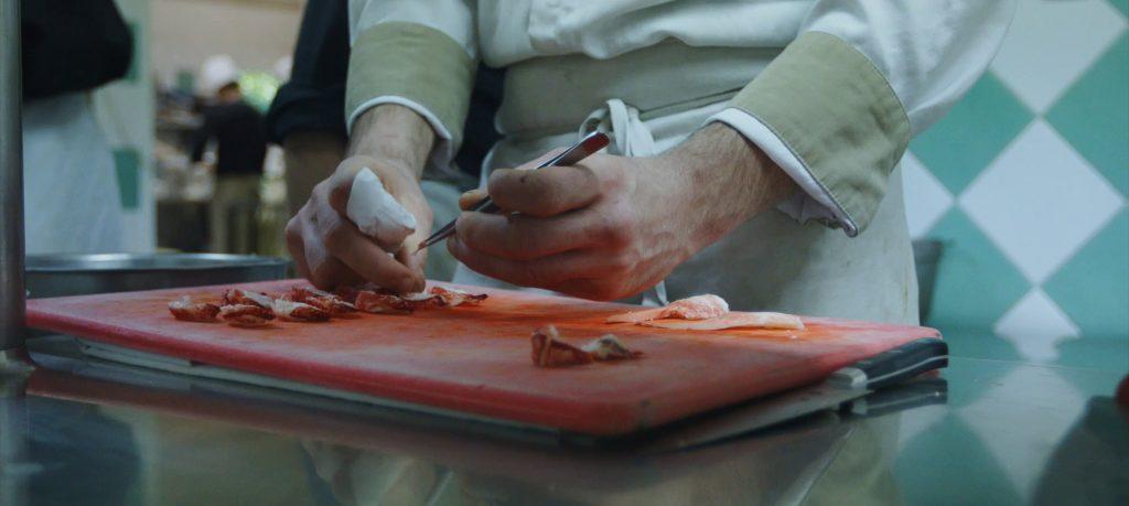 Relais-de-la-poste—mains-en-cuisine—-landesatlantiquesud